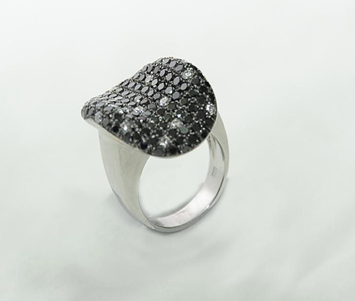 κόσμημα με μαύρες πέτρες