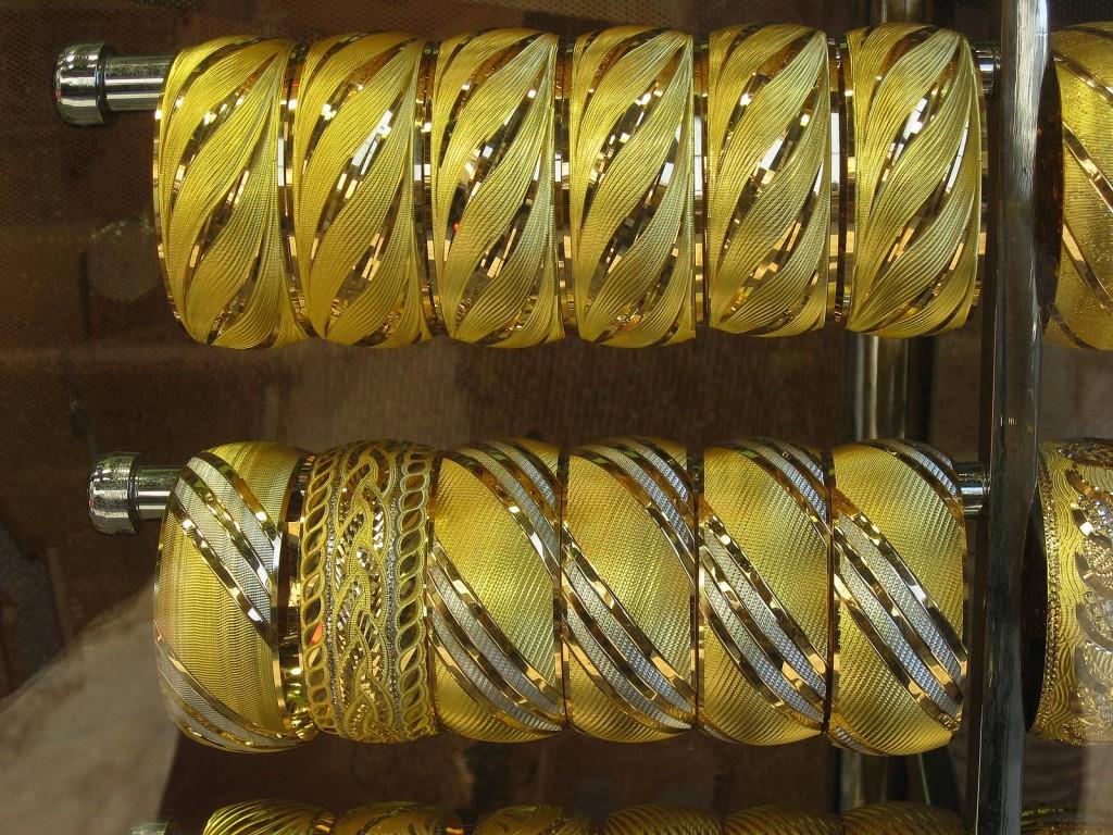 Μπάρα με χρυσά δαχτυλίδια